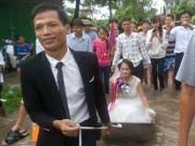Video cô dâu ngồi thuyền hoa khi đường ngập lụt gây sốt mạng