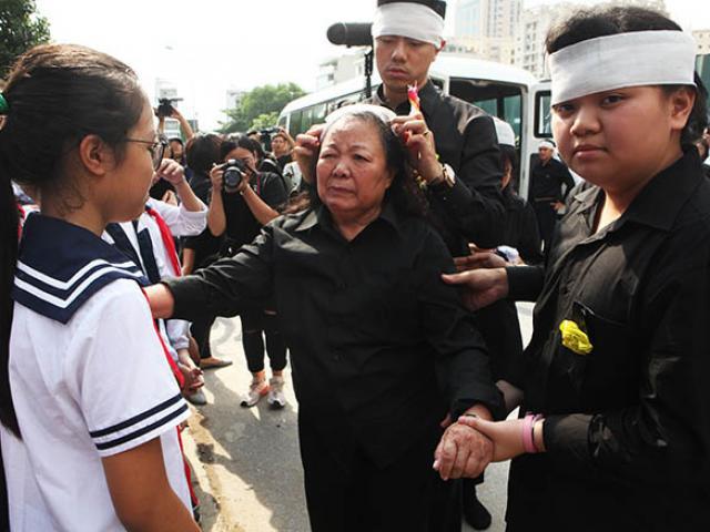 Clip hàng nghìn người bật khóc hát từ biệt PGS Văn Như Cương lần cuối