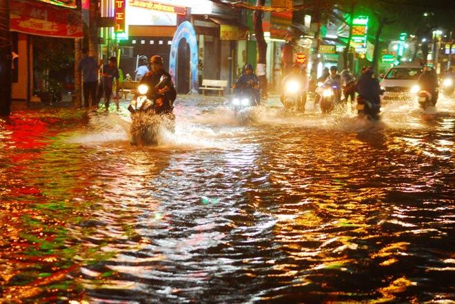 Chiều tối 12.10, trên địa bàn TP.HCM xuất hiện mưa lớn và kéo dài khiến hàng loạt tuyến đường bị ngập sâu