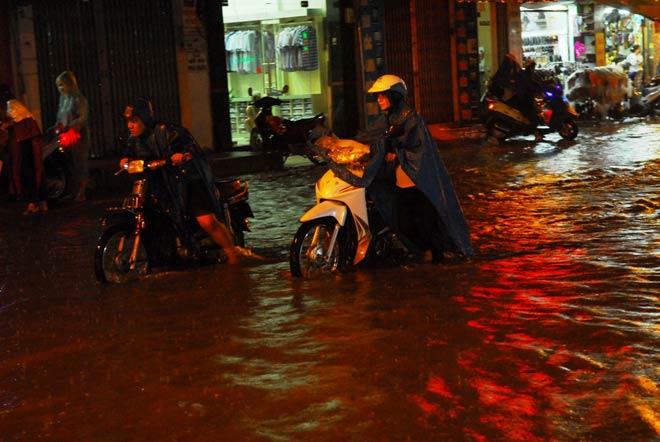 Hàng loạt phương tiện bị chết máy do nước ngập