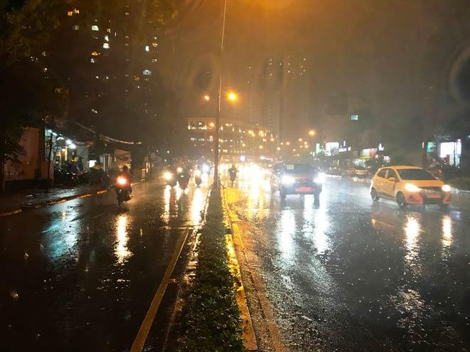 """Khu vực đường Nguyễn Hữu Cảnh là """"rốn ngập"""" mỗi khi mưa nhưng nay đường không ngập nước do máy bơm hút sạch nước ngập trong 13 phút sau khi nhận báo từ hệ thống cảm biến"""