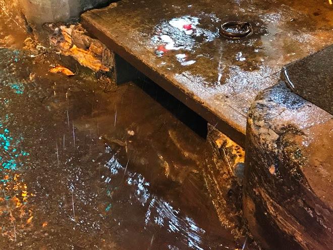 Nhờ có máy bơm hút nước nên điệp khúc đường Nguyễn Hữu Cảnh đã không xảy ra trong cơn mưa chiều tối nay