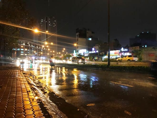 Nhiều người đi đường không khỏi bất ngờ khi trời mưa lớn đường Nguyễn Hữu Cảnh không bị ngập