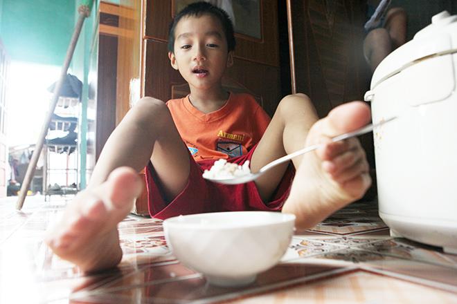 Ảnh - Clip: Đôi chân diệu kì của cậu bé 7 tuổi không tay - ảnh 11