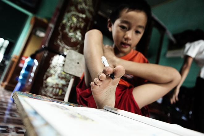 Ảnh - Clip: Đôi chân diệu kì của cậu bé 7 tuổi không tay - ảnh 6