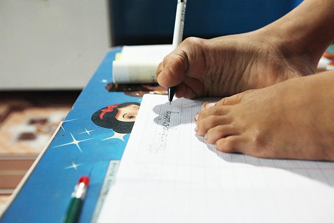 Ảnh - Clip: Đôi chân diệu kì của cậu bé 7 tuổi không tay - ảnh 7