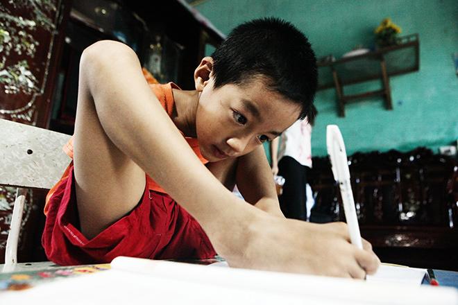 Ảnh - Clip: Đôi chân diệu kì của cậu bé 7 tuổi không tay - ảnh 8