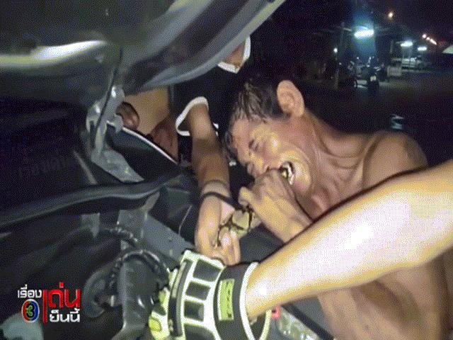 """Video: Bắt trăn """"khủng"""" bằng cách cắn vào đuôi ở Thái Lan"""