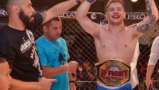 MMA ngớ người: Khán giả lên sàn hạ võ sỹ, đoạt luôn đai vô địch 1