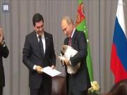 Ông Putin vui sướng hôn chú chó được tặng