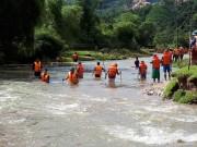 Tin tức trong ngày - Hàng trăm người dầm mình giữa lũ tìm bé trai bị nước cuốn trôi