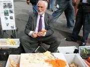 Bí quyết nào giúp ông lão bán dao dạo thành triệu phú đô la?