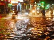 """Tin tức trong ngày - """"Quái vật"""" hút nước trong cơn mưa như trút, rốn ngập Sài Gòn ra sao?"""