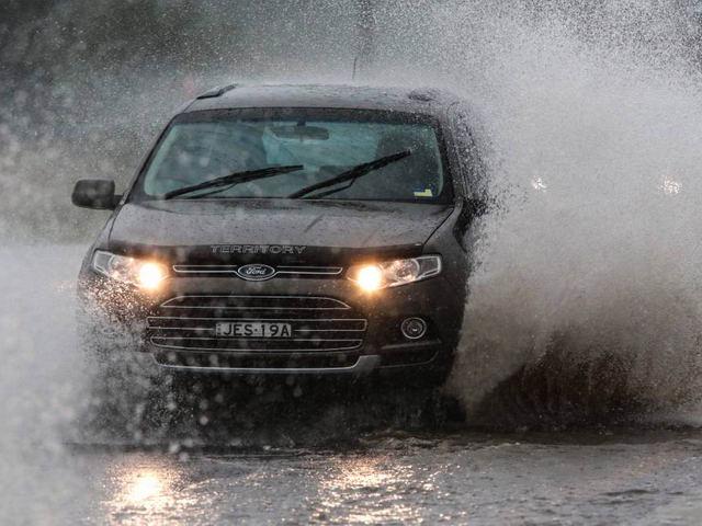 Cần lưu ý gì khi chạy ô tô trong mùa mưa? - ảnh 1