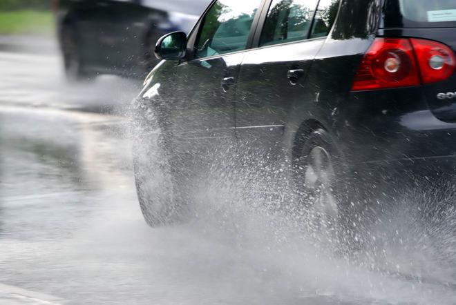 Cần lưu ý gì khi chạy ô tô trong mùa mưa? - ảnh 2