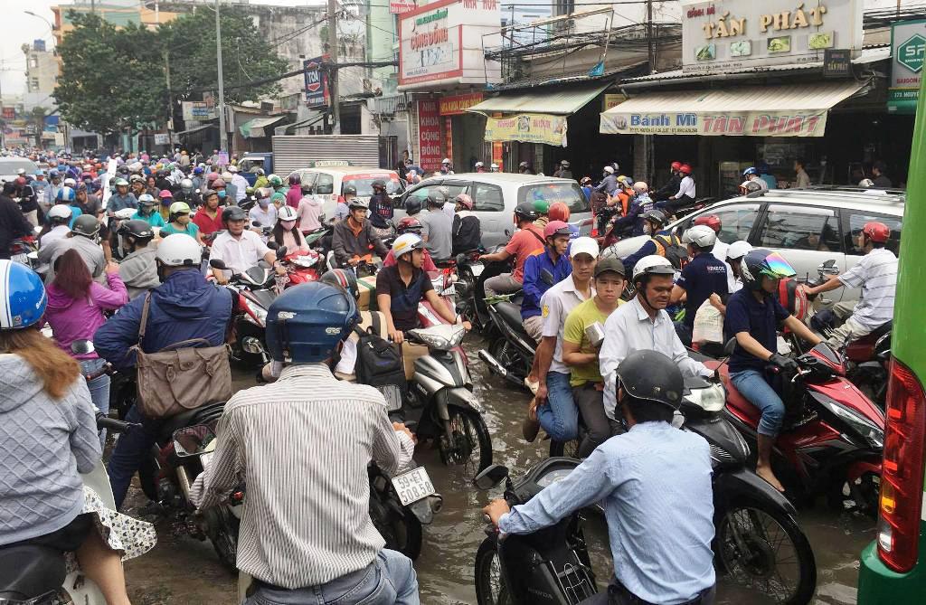 """Ngập nước kẹt xe bủa vây, người Sài Gòn như hóa điên vì """"chôn chân"""" trên đường - ảnh 1"""