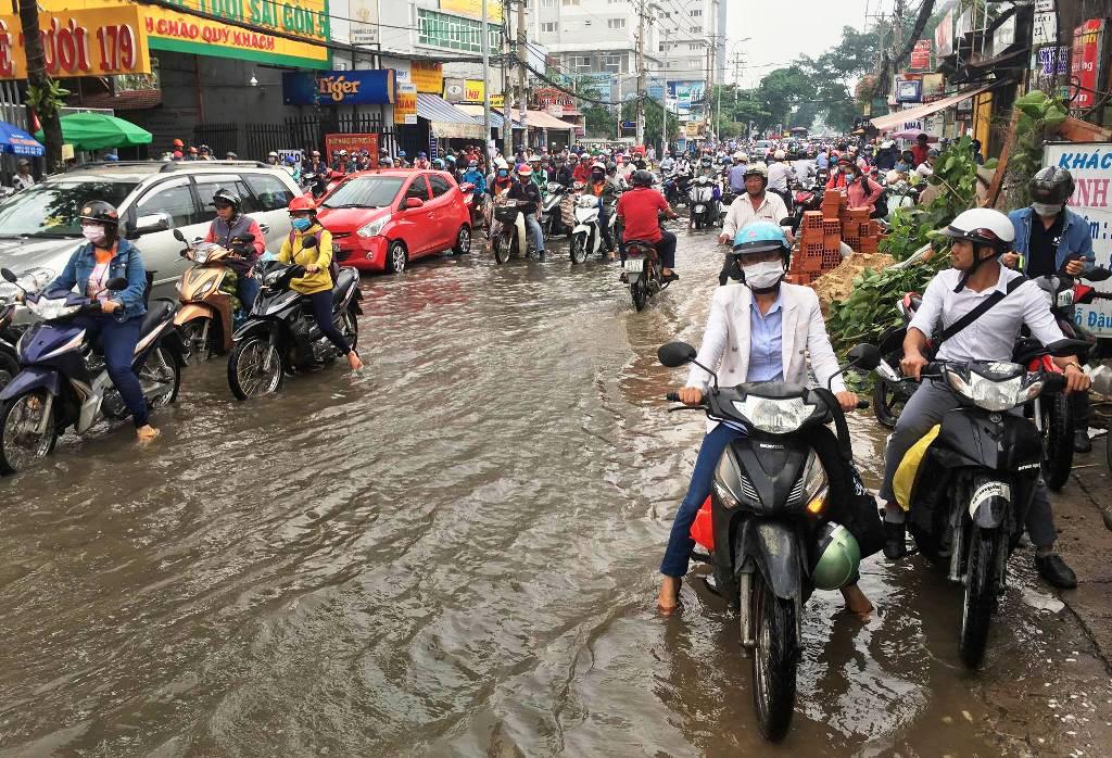 """Ngập nước kẹt xe bủa vây, người Sài Gòn như hóa điên vì """"chôn chân"""" trên đường - ảnh 2"""