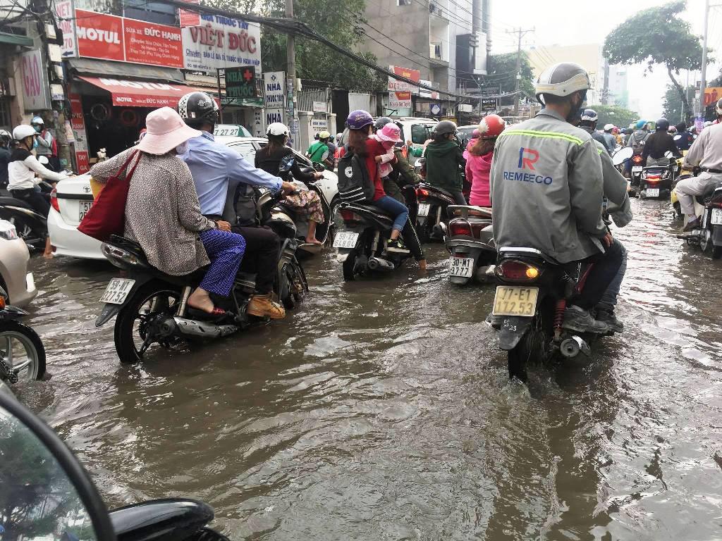 """Ngập nước kẹt xe bủa vây, người Sài Gòn như hóa điên vì """"chôn chân"""" trên đường - ảnh 3"""