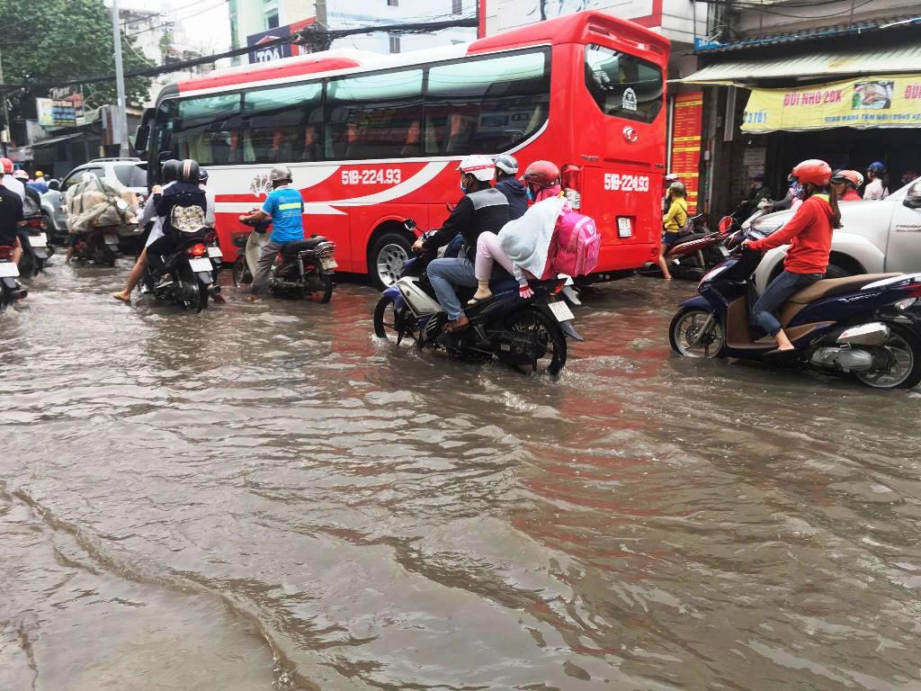 """Ngập nước kẹt xe bủa vây, người Sài Gòn như hóa điên vì """"chôn chân"""" trên đường - ảnh 4"""