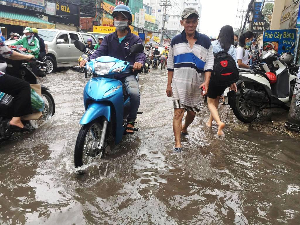 """Ngập nước kẹt xe bủa vây, người Sài Gòn như hóa điên vì """"chôn chân"""" trên đường - ảnh 5"""