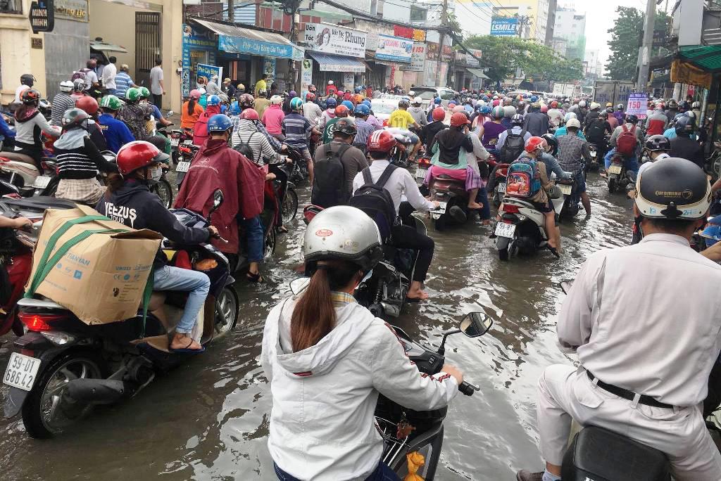 """Ngập nước kẹt xe bủa vây, người Sài Gòn như hóa điên vì """"chôn chân"""" trên đường - ảnh 6"""
