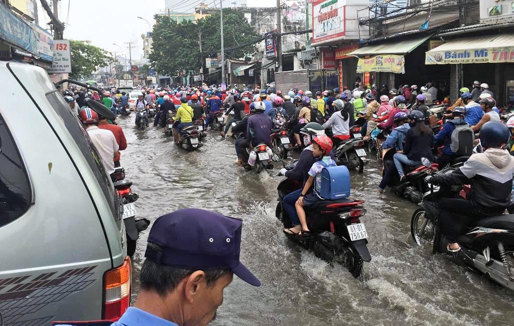 """Ngập nước kẹt xe bủa vây, người Sài Gòn như hóa điên vì """"chôn chân"""" trên đường - ảnh 7"""