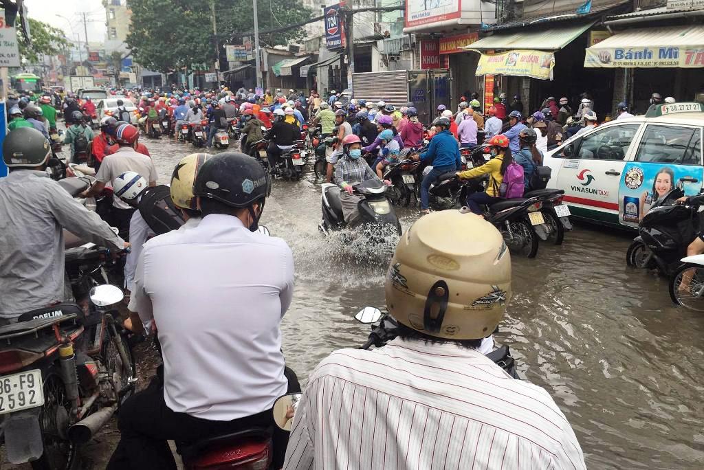 """Ngập nước kẹt xe bủa vây, người Sài Gòn như hóa điên vì """"chôn chân"""" trên đường - ảnh 10"""
