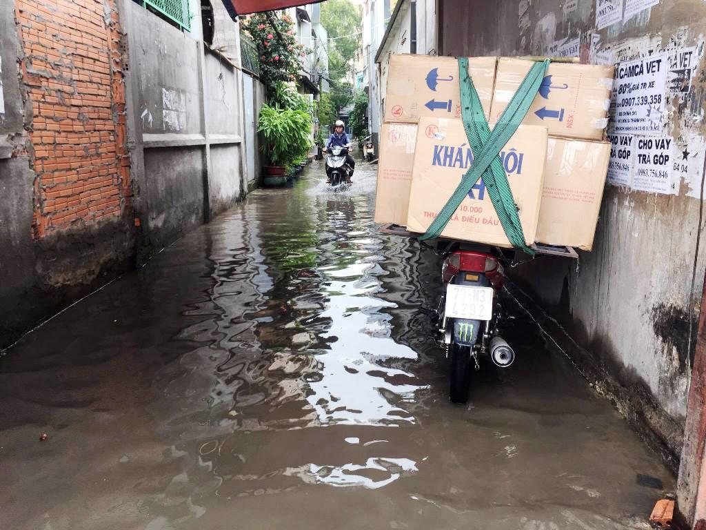 """Ngập nước kẹt xe bủa vây, người Sài Gòn như hóa điên vì """"chôn chân"""" trên đường - ảnh 11"""