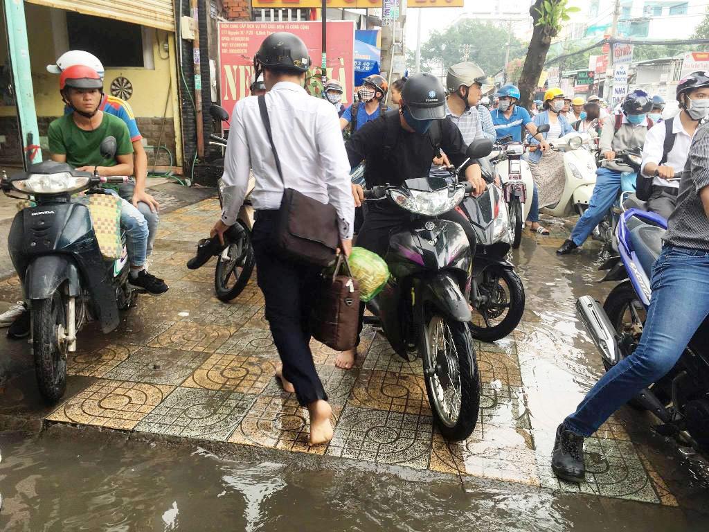 """Ngập nước kẹt xe bủa vây, người Sài Gòn như hóa điên vì """"chôn chân"""" trên đường - ảnh 12"""