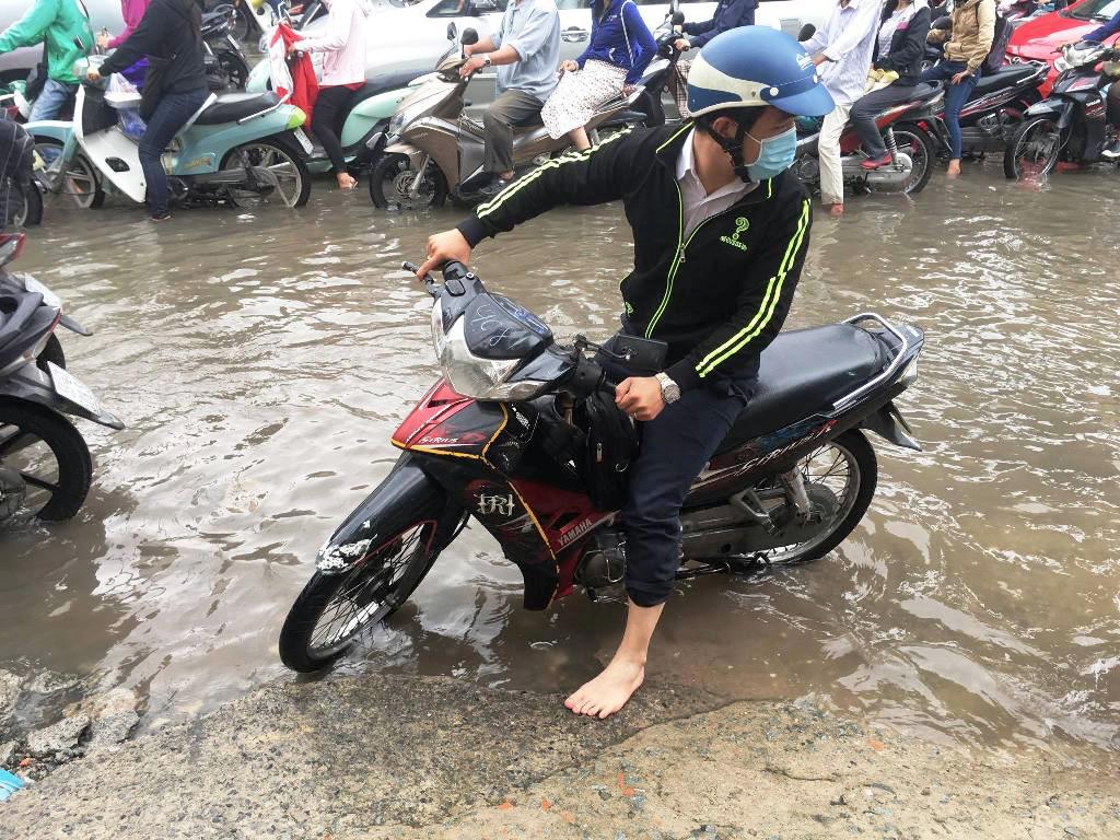 """Ngập nước kẹt xe bủa vây, người Sài Gòn như hóa điên vì """"chôn chân"""" trên đường - ảnh 13"""