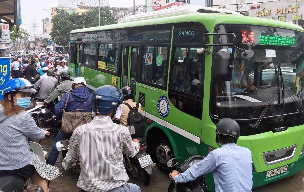 """Ngập nước kẹt xe bủa vây, người Sài Gòn như hóa điên vì """"chôn chân"""" trên đường - ảnh 14"""