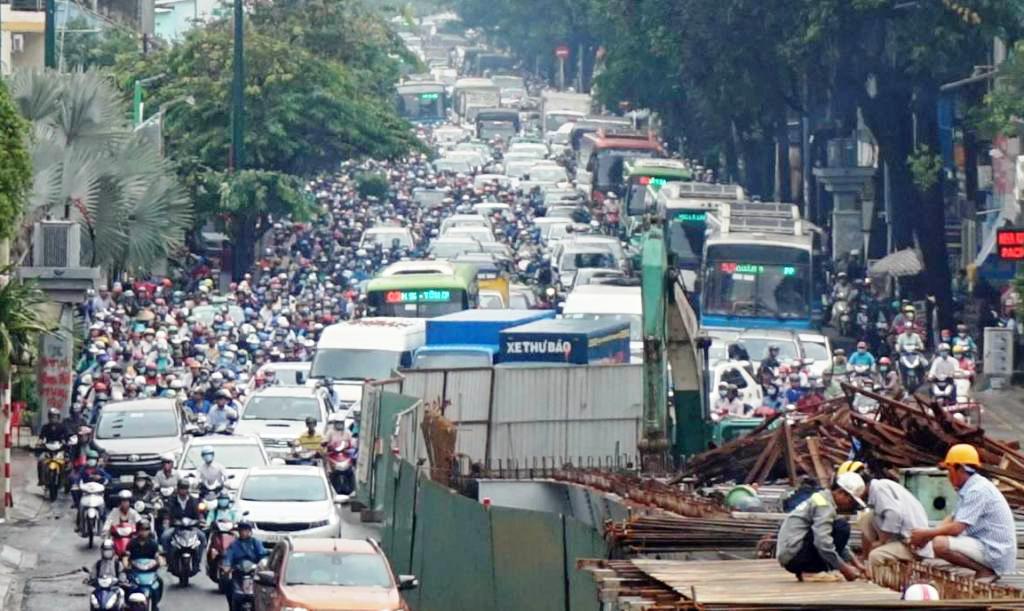 """Ngập nước kẹt xe bủa vây, người Sài Gòn như hóa điên vì """"chôn chân"""" trên đường - ảnh 17"""