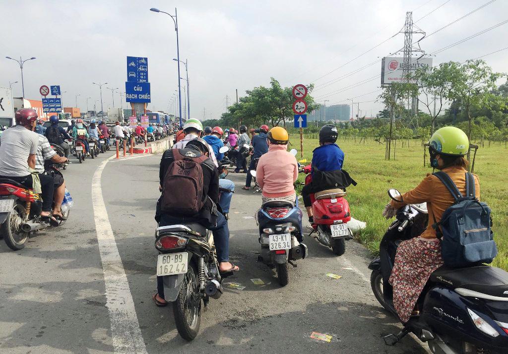 """Ngập nước kẹt xe bủa vây, người Sài Gòn như hóa điên vì """"chôn chân"""" trên đường - ảnh 19"""
