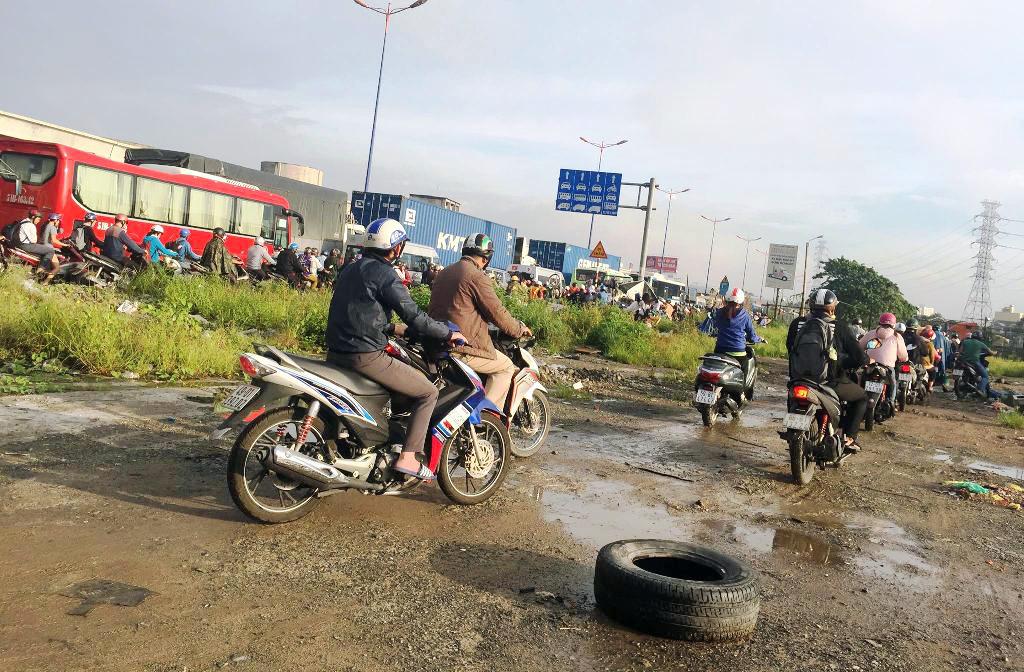 """Ngập nước kẹt xe bủa vây, người Sài Gòn như hóa điên vì """"chôn chân"""" trên đường - ảnh 20"""