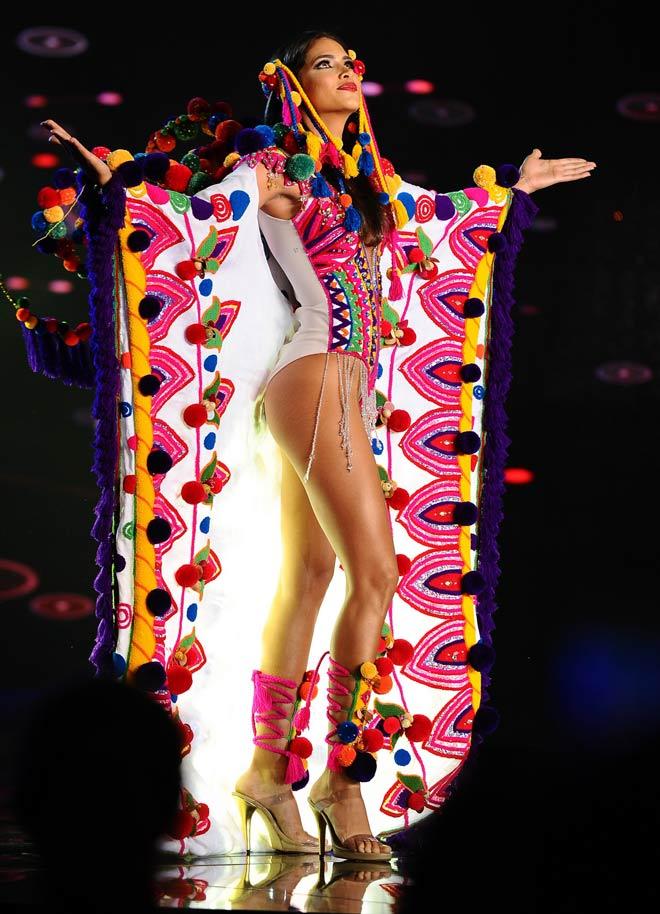 Quốc phục như bikini, xuyên thấu áp đảo hoàn toàn tại Hoa hậu Hòa bình