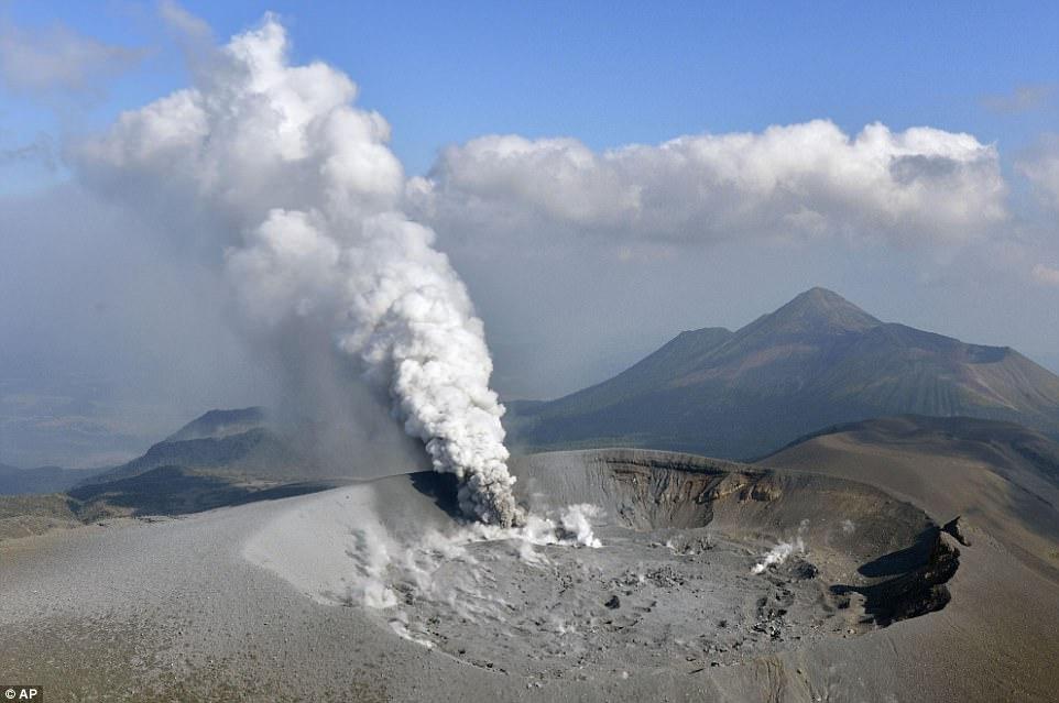 Núi lửa Nhật Bản thức giấc, phun khói độc cao 1.700 mét - ảnh 1