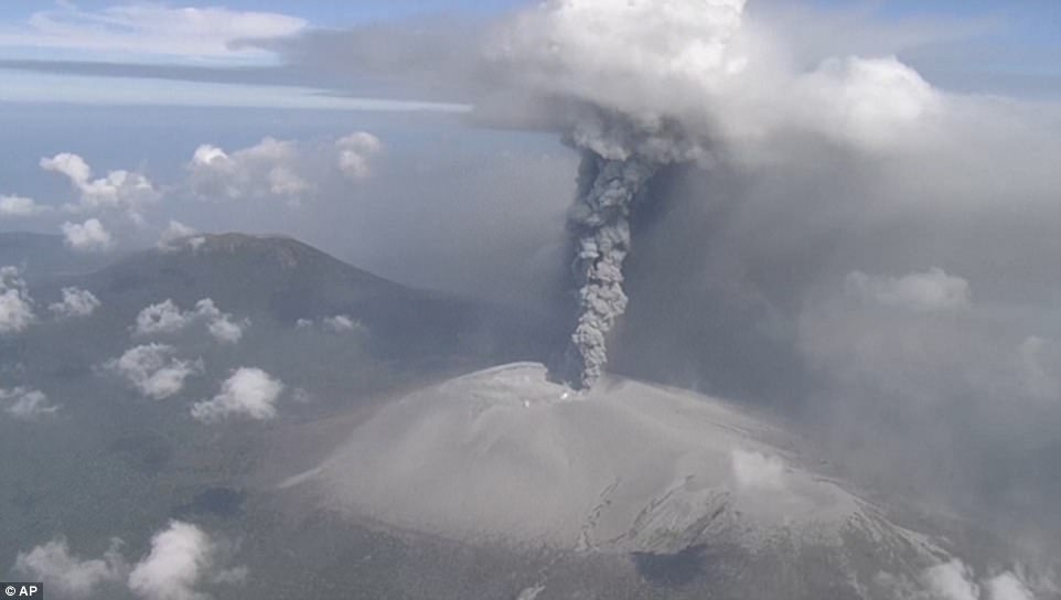 Núi lửa Nhật Bản thức giấc, phun khói độc cao 1.700 mét - ảnh 3