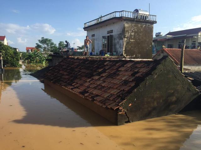 Xót xa nhìn cảnh người dân chống chọi lũ lụt, sống chơi vơi trên nóc nhà
