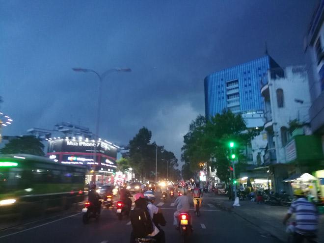 Sài Gòn hứng mưa lớn kèm sấm chớp kinh hoàng - ảnh 1