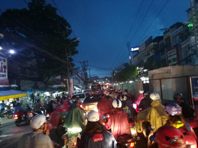 Sài Gòn hứng mưa lớn kèm sấm chớp kinh hoàng - ảnh 3