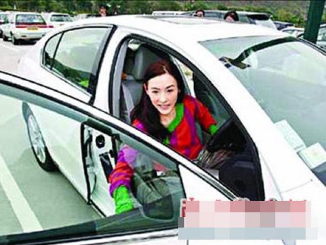 """Vợ cũ Tạ Đình Phong thay xế hộp """"xoành xoạch"""" như thay áo"""