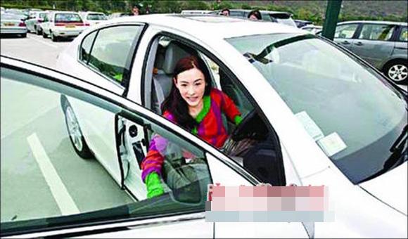 Vợ cũ Tạ Đình Phong thay xế hộp xoành xoạch như thay áo - ảnh 2