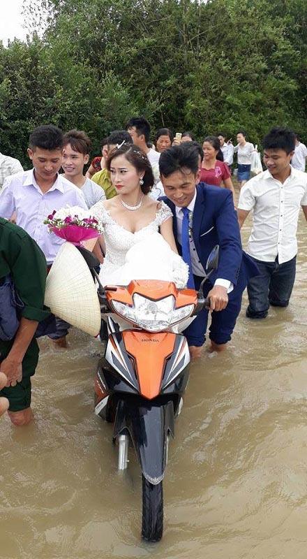 Cô dâu lội nước theo chồng về dinh ở Nghệ An mùa bão - ảnh 1