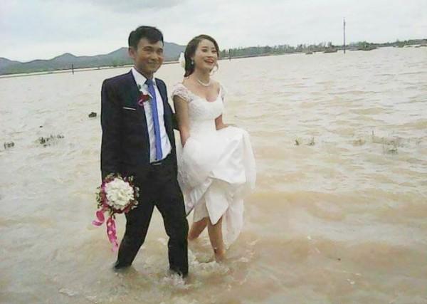 Cô dâu lội nước theo chồng về dinh ở Nghệ An mùa bão - ảnh 2