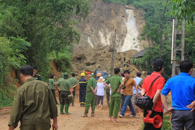 Nát tay cào bới tìm nạn nhân sạt lở đất Hoà Bình - ảnh 1