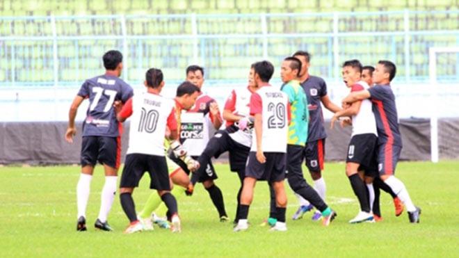 V-League chào thua: Cầu thủ Indonesia ẩu đả như võ đài, đánh tập thể trọng tài - ảnh 1