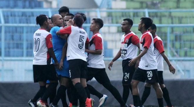 V-League chào thua: Cầu thủ Indonesia ẩu đả như võ đài, đánh tập thể trọng tài - ảnh 2