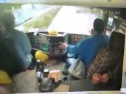 Không tưởng: Xe con chui qua gầm xe tải để vượt lên trên cao tốc