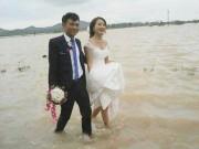 Bạn trẻ - Cuộc sống - Cô dâu lội nước theo chồng về dinh ở Nghệ An mùa bão