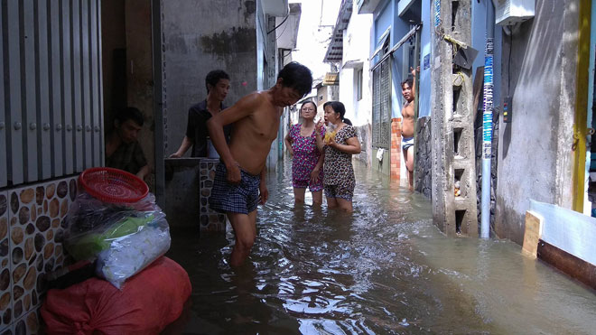 """""""Ốc đảo"""" xuất hiện giữa Sài Gòn sau trận mưa như trút"""